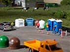 HO/TT Bausatz - 2 Mobiltoiletten, 5 Recyclingcontainer (Auhagen 42593)
